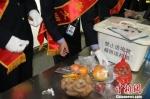 图为甘肃检验检疫局工作人员从旅客携带物中截获植物产品。 钟欣 摄 - 甘肃新闻