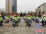 """1月1日甘肃省会兰州启动交通秩序大整治行动。此次掀起的交通整治行动,是兰州史上持续时间最长,其整治力度""""历年罕见""""。图为公安民警参加启动仪式。  资料图 史静静 摄 - 甘肃新闻"""