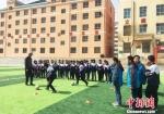 图为榆中县中学上足球课。 南如卓玛 摄 - 甘肃新闻