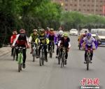 图为中外骑友在兰州休闲骑行,倡导全民健身与绿色出行理念。 崔琳 摄 - 甘肃新闻