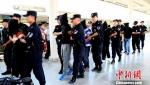 """6月26日,兰州市公安局缉毒支队将公安部督办的""""311A""""大宗毒品案最后5名贩运毒品嫌疑人押解回到兰州。 李存雄 摄 - 甘肃新闻"""