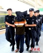 图为警方将贩运毒品嫌疑人押解回兰州。 李存雄 摄 - 甘肃新闻