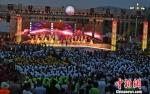 图为当晚开幕仪式吸引逾万民众参与互动。 杨艳敏 摄 - 甘肃新闻