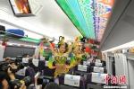 图为在宝兰高铁首趟G2028次列车上,列车员为旅客表演自编自演的敦煌舞蹈。 杨艳敏 摄 - 甘肃新闻