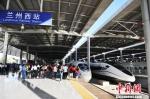 图为宝兰高铁首趟G2028次列车,将奔向1500余公里外的五省通衢之城江苏徐州市。 杨艳敏 摄 - 甘肃新闻