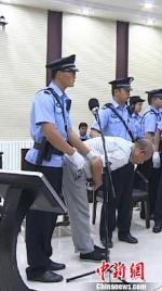 图为被告人高承勇向被害人家属鞠躬致歉。白银市中级人民法院 - 甘肃新闻