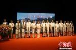 图为出席首映式的甘肃省和甘南州官员,以及影片总制片人、导演和主演等。 钟欣 摄 - 甘肃新闻