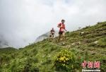 图为选手在高海拔赛段赛跑。 李文茂 摄 - 甘肃新闻