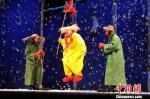 图为俄罗斯丑角大师斯拉法惊世之作《斯拉法的下雪秀》剧照。 甘肃大剧院供图 - 甘肃新闻
