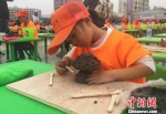 峰会期间还举行了平川中小学生陶艺创作大赛。图为选手正在进行陶泥雕塑创作。 杜萍 摄 - 甘肃新闻