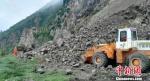 受近期连阴雨天气影响,8月27日晚至28日下午,甘肃天水市麦积区境内发生了三次山体塌方,导致交通一度中断,无人员伤亡。 麦积区气象局供图 摄 - 甘肃新闻