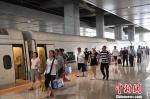 资料图。今年暑运,兰新、宝兰高铁旅客发送量占该局旅客发送量约50%。7月9日开通的宝兰高铁共计发送旅客181万人,日均发送旅客3.35万人,8月12日发送4.11万人,创开通以来日发送旅客最高纪录。 杨艳敏 摄 - 甘肃新闻