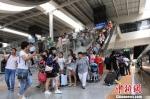 图为今年暑运期间,人流不绝的兰州西高铁站。 杨艳敏 摄 - 甘肃新闻