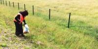 """在甘南草原上,时常会看到手提编织袋,徒步捡垃圾守护家园的""""美容师""""。 徐雪 摄 - 甘肃新闻"""