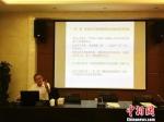 图为兰州大学新闻与传播学院教授李惠民授课。 史静静 摄 - 甘肃新闻