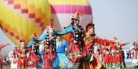 """9月9日,首届""""丝绸之路那达慕""""文化旅游节于甘肃省酒泉市肃北蒙古族自治县开幕。图为开幕式表演。 杨艳敏 摄 - 甘肃新闻"""