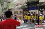 资料图:海外华裔青少年暑期参观敦煌莫高窟。 杨艳敏 摄 - 甘肃新闻