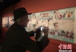 图为外国学者拍照记录。 刘玉桃 摄 - 甘肃新闻