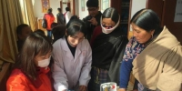 图为韩红一行公益队员在夏河县开展义诊。 钟欣 摄 - 甘肃新闻
