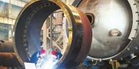 工人在兰州新区兰石集团重型装备制造车间开展焊接作业 - 人民政府