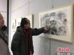 """参加此次钢笔画展的18位艺术家平均年龄为60岁,他们自发组成一支""""夕阳红""""艺术家队伍,一同追忆往昔。 李治林 摄 - 甘肃新闻"""