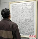 """1月5日,""""淬钢漉墨——丝路风韵钢笔画展""""在甘肃兰州举办,甘肃甘肃省美术家协会会员周新平创作钢笔画《陇上腊月图》再现上世纪90年代农贸市场景象。 李治林 摄 - 甘肃新闻"""