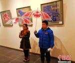 图为黏贴在雨伞上的剪纸作品展示。 崔琳 摄 - 甘肃新闻