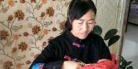 甘肃山丹县民间手艺人周玉梅历时5年时间,用506幅剪纸作品创作出剪纸版《红楼梦》。 钟欣 摄 - 甘肃新闻
