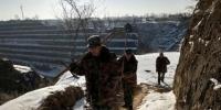 寒冬时节的清晨,长庆油田第11采油厂保安大队的队员踩着积雪开始输油管线巡护。 李海霞 摄 - 甘肃新闻