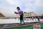2018年1月21日,张掖山丹县境内千余名青少年走上冰雪,学习冰雪运动技巧,享受该项运动带来的快乐时光。 翟继宗 摄 - 甘肃新闻