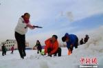图为亲子堆雪人活动。 钱大伟 摄 - 甘肃新闻