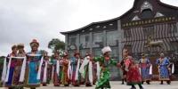 资料图:2017年6月初,甘肃肃南裕固族自治县特色村寨,裕固族人身着民族服装,载歌载舞,向前来游玩观赏的人们展示了古老的裕固族文化。 韦德占 摄 - 甘肃新闻