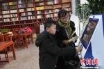 """兰州废弃阅览室变""""迷你图书馆"""" 快节奏下享慢阅读 - 甘肃新闻"""