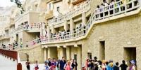 资料图:丝绸之路上的国际旅游名城甘肃敦煌迎来了传统旅游旺季,敦煌莫高窟游人如织。 王斌银 摄 - 甘肃新闻