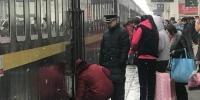"""资料图。日前,探亲访友、学生开学、务工人员返程、中短途旅游""""四流叠加"""",铁路迎来节后客流高峰。截至2月24日,中国铁路兰州局集团有限公司共发送旅客418.6万人,同比增长40.1%。 钟欣 摄 - 甘肃新闻"""