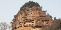 """中国四大石窟""""之一的麦积山石窟位于甘肃省天水市,始建于距今约1600年的后秦,现存洞窟221个,其中有大量精美的雕塑、壁画等,素有""""东方雕塑陈列馆""""之美誉。 徐雪 摄 - 甘肃新闻"""