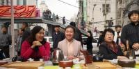 图为招聘会现场,一家茶艺培训学校现场展示茶文化,市民体验品茶。 杨娜 摄 - 甘肃新闻