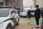 上午9时15分,高承勇被法警押解下车。 崔琳 摄 - 甘肃新闻