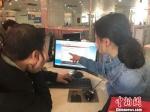 图为兰州新区政务服务中心工作人员向办事民众讲解网上办理的流程和注意事项。 徐雪 摄 - 甘肃新闻