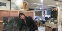 图为西北民族大学美术学院教授刘志刚展示自己的漆画作品《丝路古风》。 崔琳 摄 - 甘肃新闻