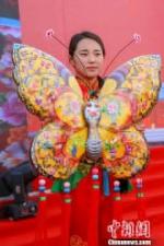 """甘肃庆阳市举办的""""小崆峒旅游文化节""""上,刺绣手工艺品蝴蝶在展示中。 陈飞 摄 - 甘肃新闻"""