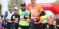 4月22日,河湟之旅·2018兰州红古山地马拉松赛激情开跑,吸引来自甘肃省内外的1800余名选手参加。 钟欣 摄 - 甘肃新闻