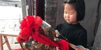 图为王宏荣的外孙女王佳怡,虽年仅6岁,但唱腔、走位有模有样。 艾庆龙 摄 - 甘肃新闻