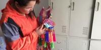 图为妥彩霞与她的绣品。 郭蓉 摄 - 甘肃新闻