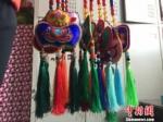 闲暇之余,妥彩霞时常将自己绣好的裕固族头面、荷包以及其他手工艺拿出来向周围的汉族朋友们展示。 郭蓉 摄 - 甘肃新闻