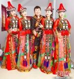 作为组合中唯一的男性,萨尔带领着同样来自老家甘肃张掖市肃南裕固族自治县的四个表妹,13年来将裕固族传统的原生态民歌改编创新之后,以唱跳的形式搬上舞台。 郭蓉 摄 - 甘肃新闻