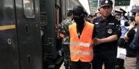 图为警方将犯罪嫌疑人押解回兰州。 崔琳 摄 - 甘肃新闻