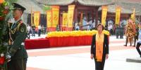 全国政协副主席、台盟中央主席苏辉敬献花篮。(王文嘉 摄) - 人民网