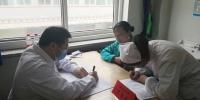 图为专家在甘南州人民医院义诊。南如卓玛 摄 - 甘肃新闻