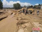 图为遭灾现场抢修道路。 杨艳敏 摄 - 甘肃新闻